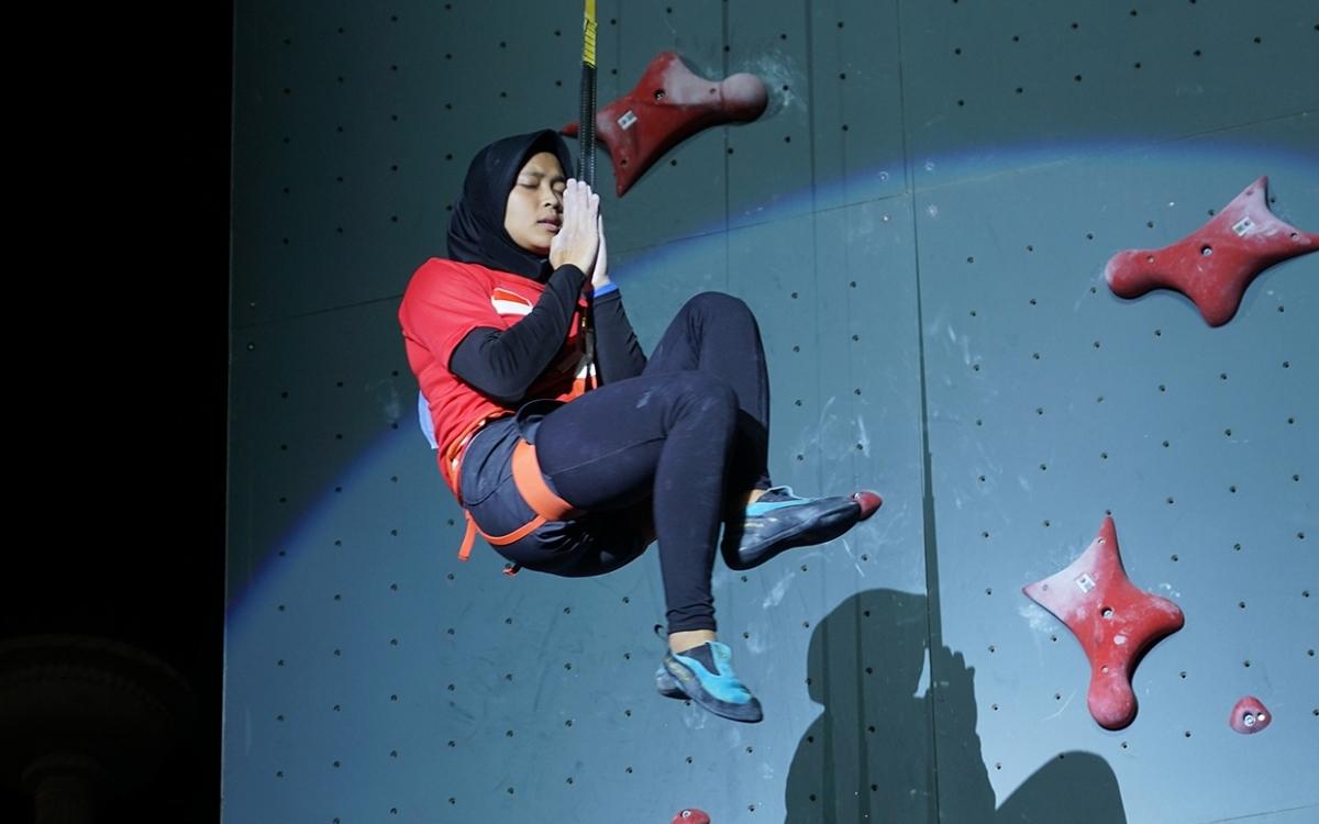 মাথায় হিজাব, সাত সেকেন্ডে ১৫ মিটারের দেওয়াল চড়ে বিশ্বরেকর্ড 'স্পাইডার ওম্যান'-এর